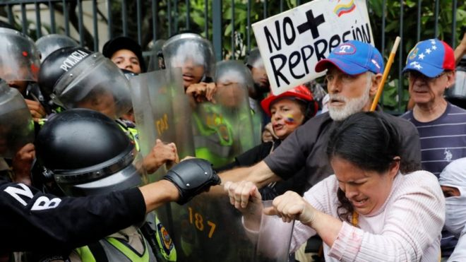 Grandparents protest amid pepper spray and blockages in Venezuela